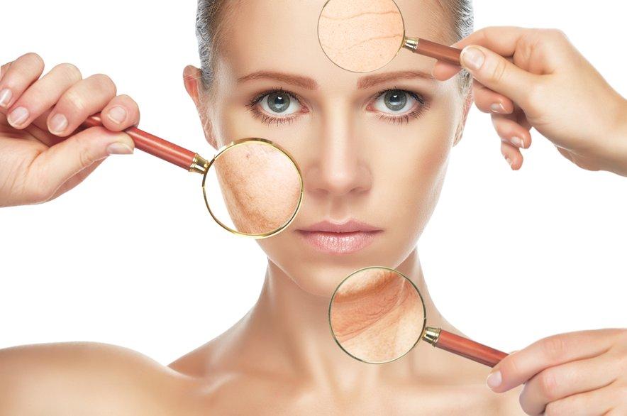 Kožo je treba najprej intenzivno navlažiti in poskrbeti za odpravo poškodbe bariere.