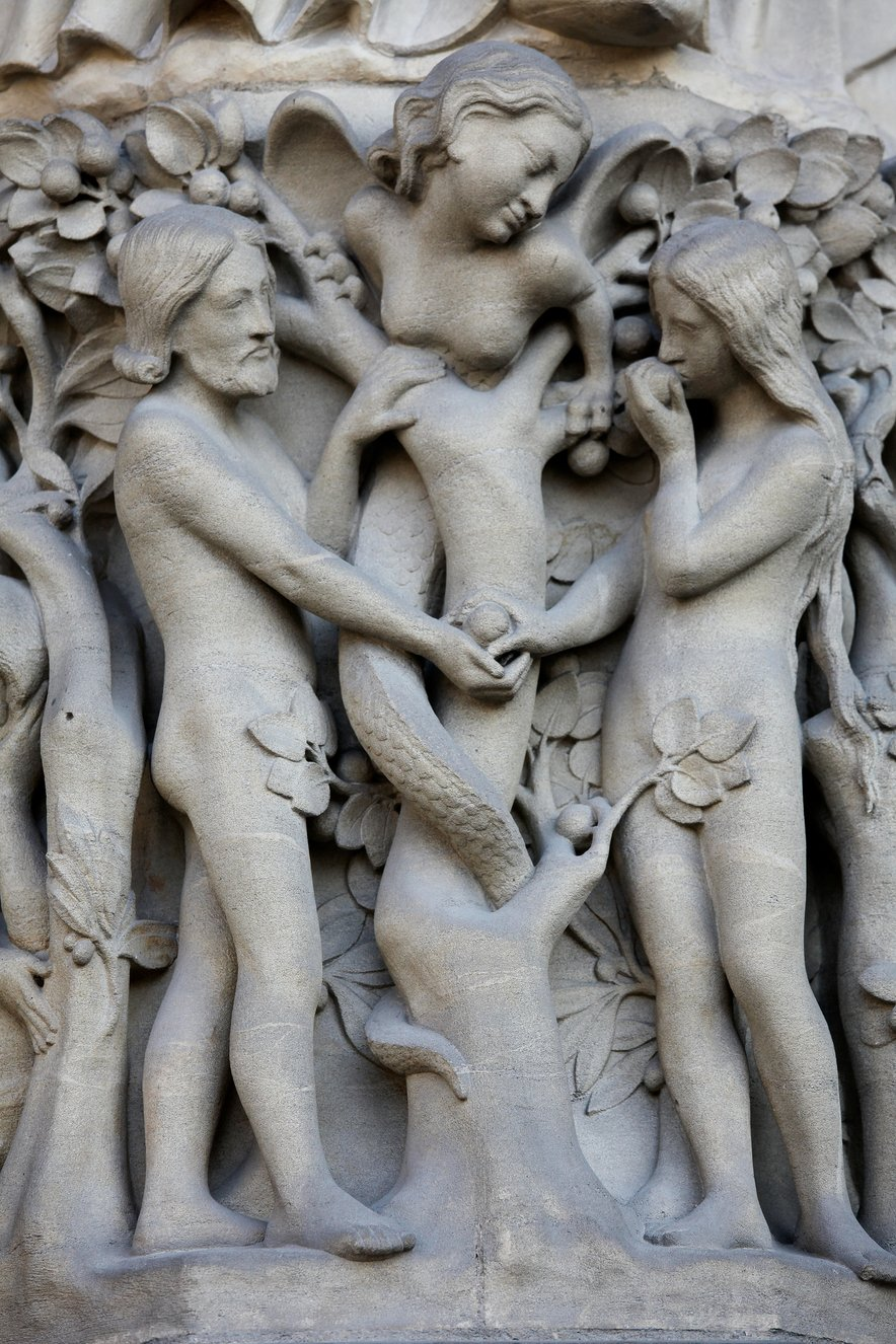 Adam, Eva in Lilit kot kača s človeškim obrazom v Ednu, kjer je priča Evi, ki užije prepovedan sadež. Kip se nahaja v pariški katedrali Notre Dame.