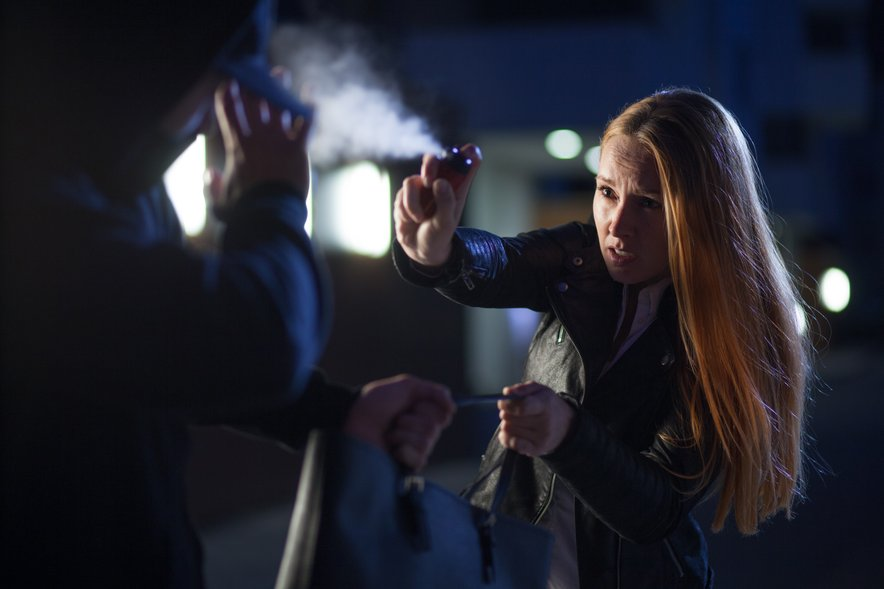 Kadar greste zvečer po kakšni samotni ulici, ne bo slabo, če boste imele pri sebi sprej, pa naj bo to dezodorant ali lak v spreju.