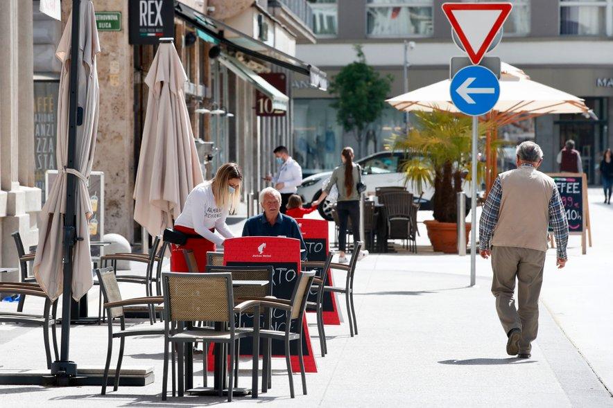 V času epidemije, od marca do maja, se je število nezaposlenih najbolj povečevalo na Gorenjskem. Največ v gostinstvu, nato je sledila predelovalna dejavnost in pa seveda v trgovini.