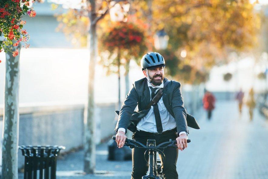 Čelada ni namenjena samo rekreativni vožnji. Življenje vam lahko reši, ko se s kolesom vračate iz službe ali šole.