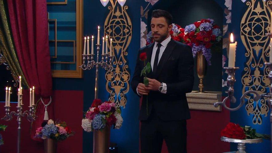 Sanjski moški Gregor Čeglaj je na ceremonijah vrtnic oblečen v oblačila trgovine Poročni kotiček.
