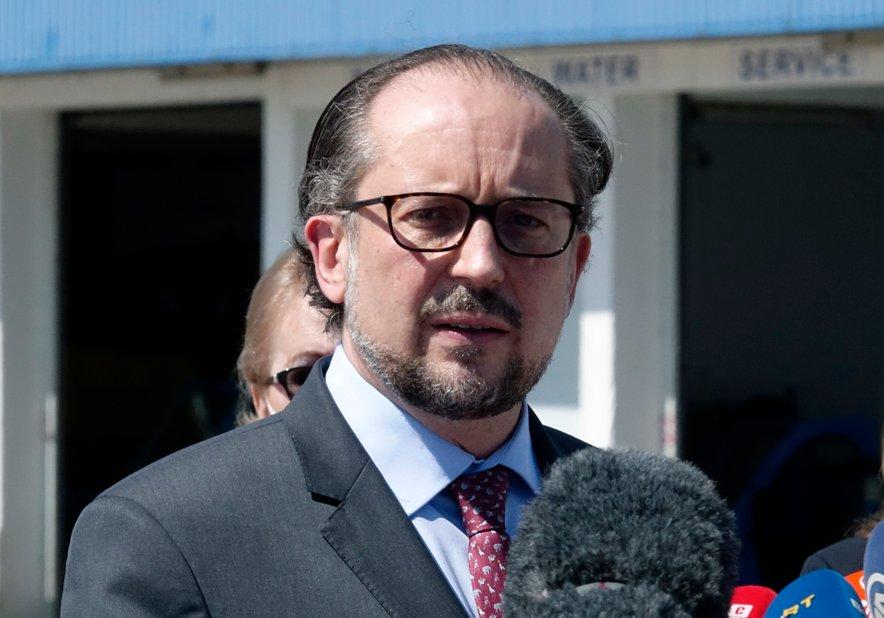 """Avstrijski zunanji minister Alexander Schallenberg je v Sarajevu opozoril, da se tisti, ki razmišljajo o spremembah meja na Zahodnem Balkanu, """"igrajo z ognjem""""."""