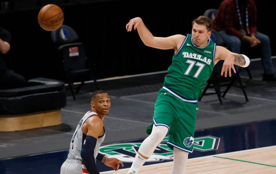 Luka Dončić (desno) z novim trojnim dvojčkom sledi Russellu Westbrooku, ki mu jih le še pet manjka do skupaj 182, novega rekorda NBA.