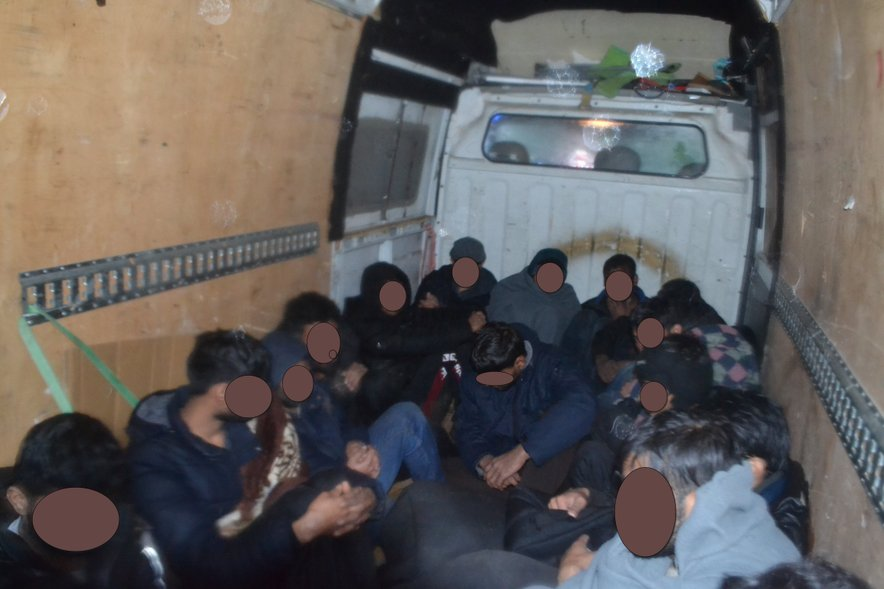 Voznik je v kombiju nehumano prevažal kar 16 prebežnikov.