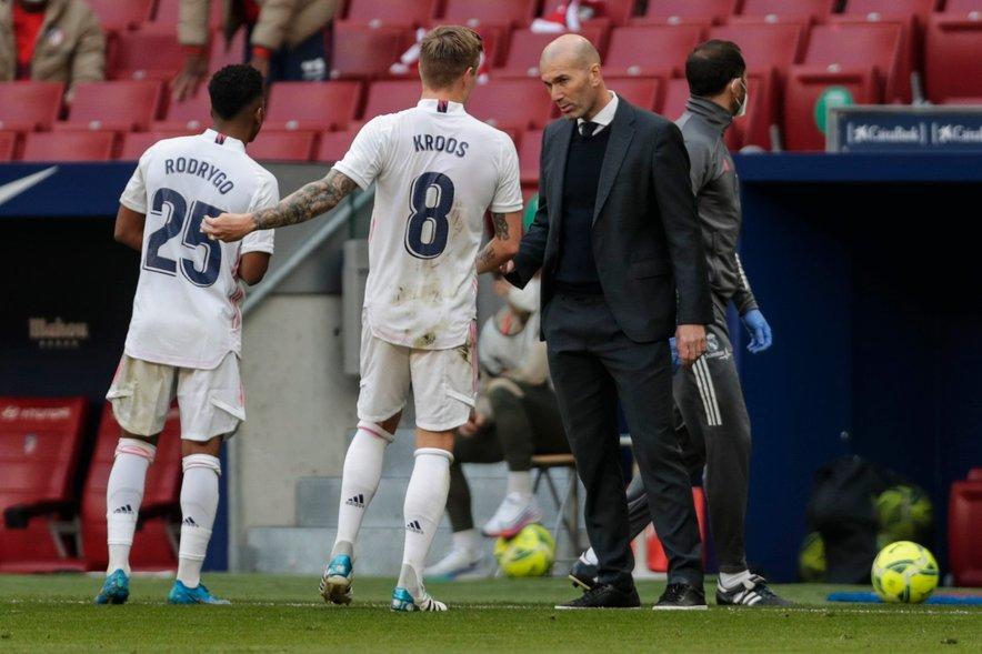 Rodrygo, Kroos in trener Zidane (vsi na fotografiji) med mestnim derbijem z Atleticom v španskem prvenstvu.