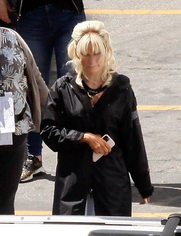 Lily James kot Pamela Anderson.