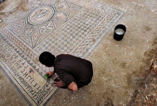 Во время раскопок была обнаружена мозаика с тремя надписями на греческом языке