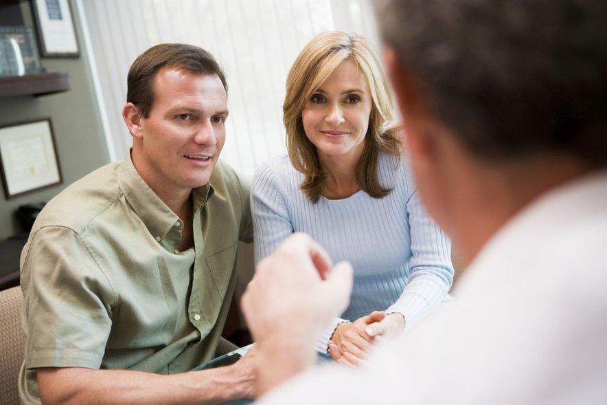 Ženske, ki so stare nad 40 let in nimajo posebnega vzroka neplodnosti, s postopki umetne oploditve v resnici ne pridobijo. Imajo enake možnosti, da pride do nosečnosti doma ali pa pri nas v laboratoriju.