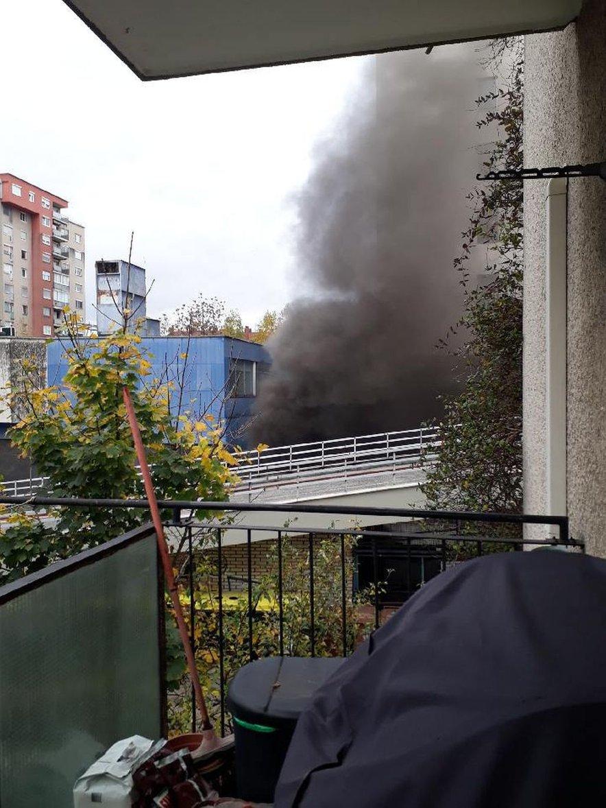 Zagorelo je v garažah na Linhartovi.