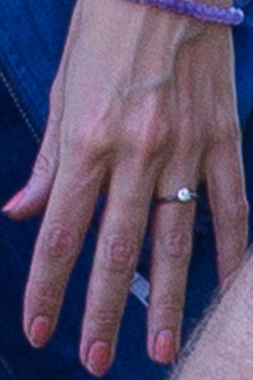 Na igralkini roki so opazili zaročni prstan.