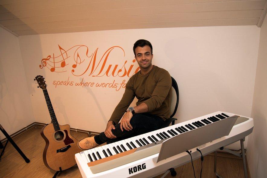 Gašper v svojem najljubšem kotičku, domači glasbeni sobi.