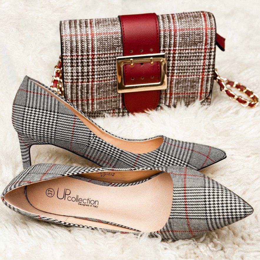 Karo vzorec večinoma krasi gležnarje in visoke škornje in je na voljo v kombinaciji bele, črne in sive barve.