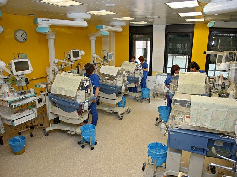 Ena od sob intenzivnega oddelka ljubljanske porodnišnice, na katerem skrbijo za najbolj ogrožene nedonošenčke.