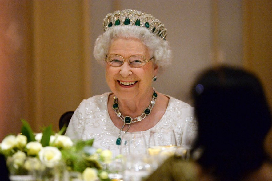 Kraljica Elizabeta II. je tista, ki lahko po mili volji spreminja okostenela pravila kraljeve družine.
