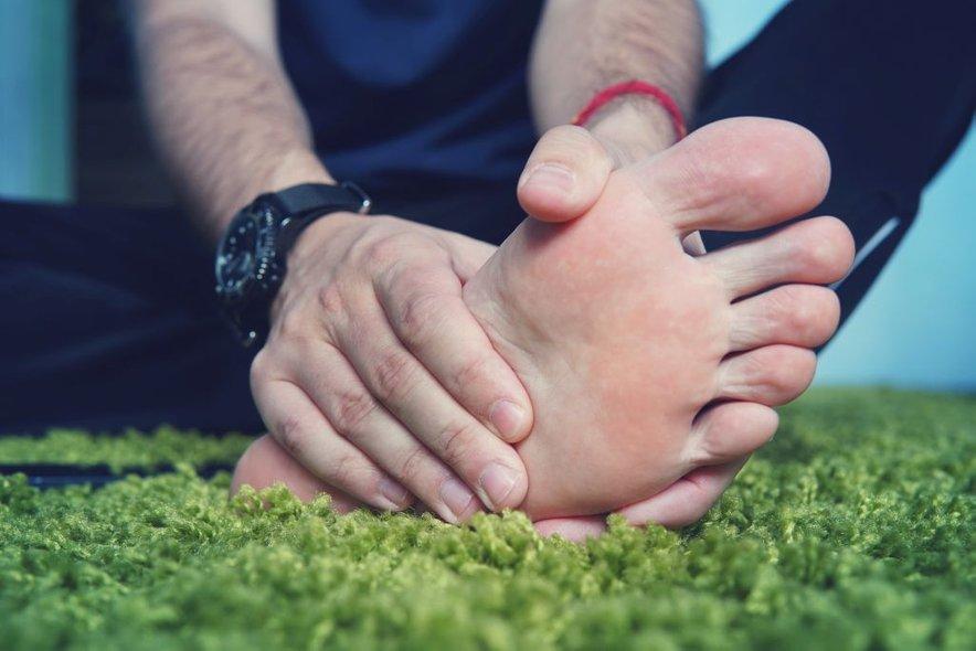 Bolečine se običajno začnejo v palcu na nogi.