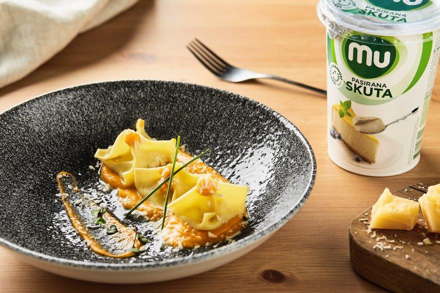 Za pripravo pristnega krožnika raviolov sta Ana Maria in Klemen uporabila izbrane izdelke Mu Cuisine.