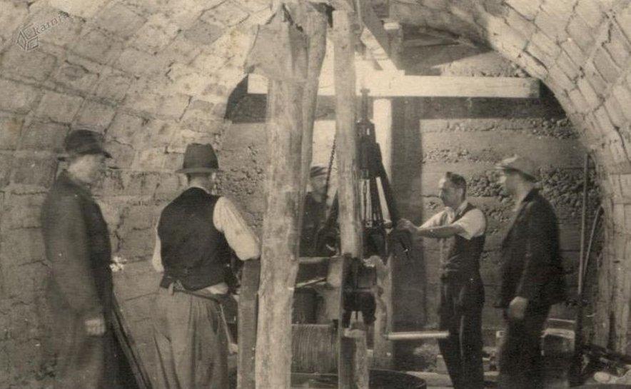 Leta 1943 so Nemci pod površjem začeli gradili še pravo 'podzemno tovarno' s površino skoraj 9000 kvadratnih metrov – da bi letalske dele lahko nemoteno proizvajali tudi med zavezniškimi napadi. (Fotografija je bila posneta 28. septembra 1944.)