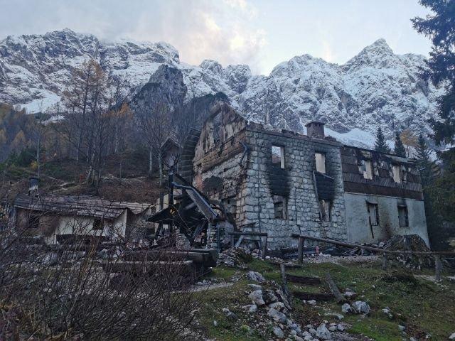 Novembra lani so ognjeni zublji pogoltnili eno najbolj priljubljenih planinskih postojank v Kamniško-Savinjskih Alpah.