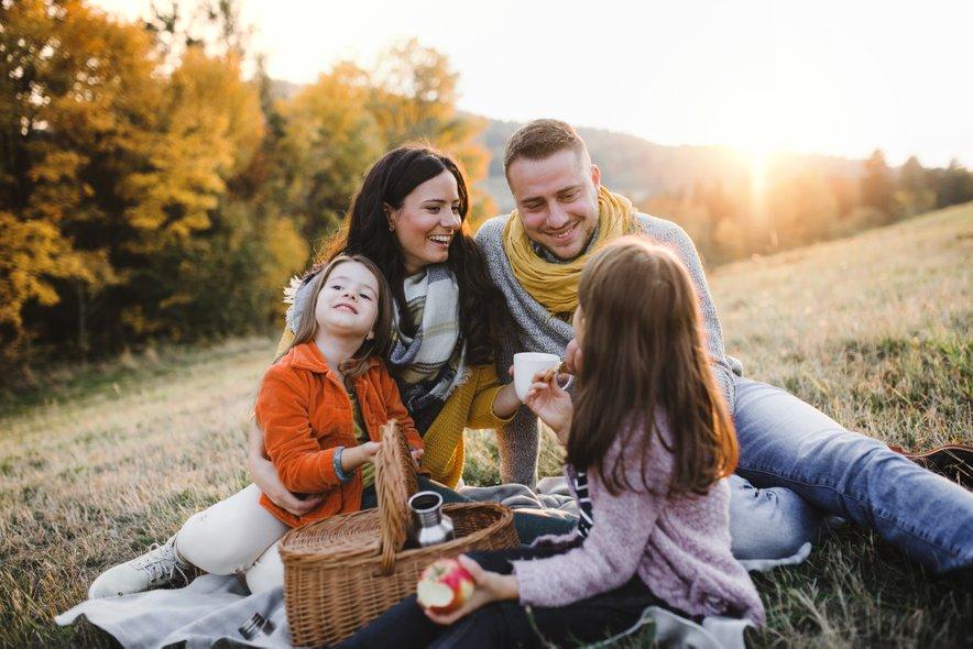Druženje ob dobri hrani še dodatno obogati vezi med prijatelji ali družinskimi člani.