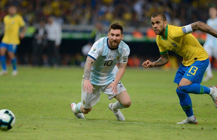 Messi in Alves (oba na fotografiji) med lansko polfinalno tekmo Cope Americe v Belo Horizonteju.