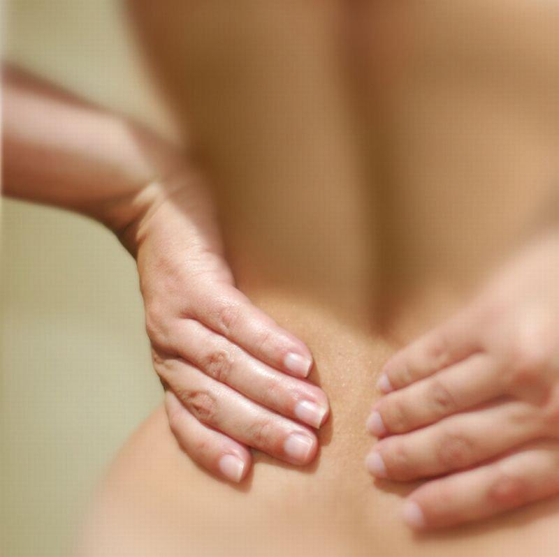 Med simptomi bakterijske okužbe sečil so tudi bolečine v ledvenem delu hrbta, ki se lahko razširijo tudi v dimlje.