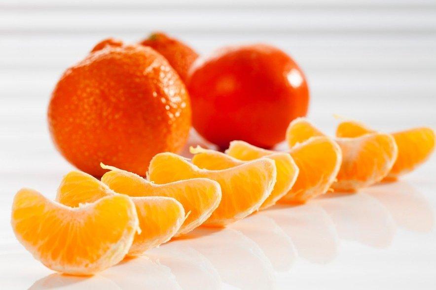 Če imate zelo suho kožo, sok mandarine zmešajte z žlico medu, olivnim oljem in rumenjakom.