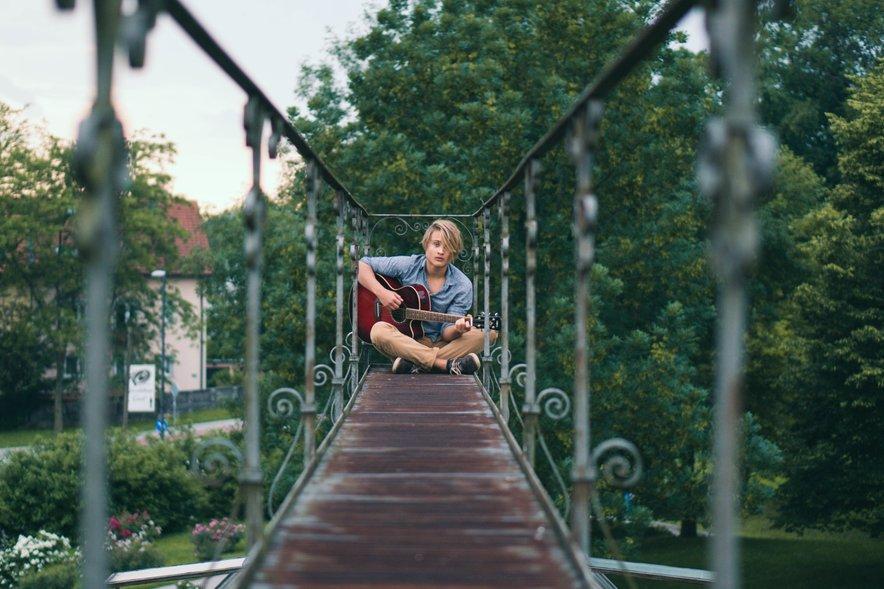 Jonatan in njegova zvesta spremljevalka kitara