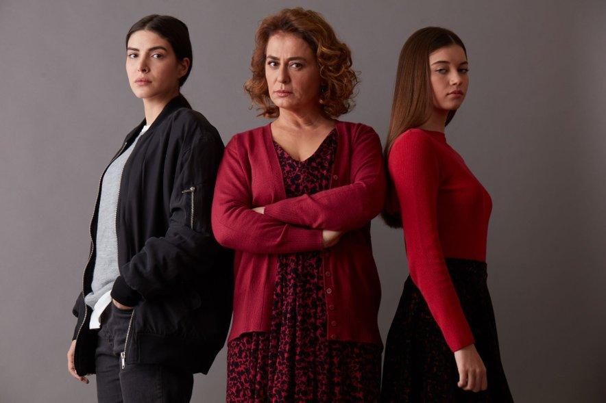 Nazan Kesal (v sredini) v seriji Pohlepna gospa Fazilet.