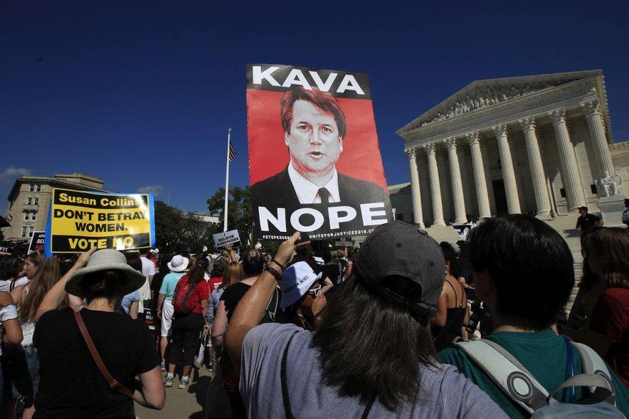 Analitiki menijo, da je opazni razkol ameriške družbe posledica odziva na polemike glede nominacije sodnika vrhovnega sodišča Bretta Kavanaugha, ki je bil obtožen spolnega nadlegovanja.