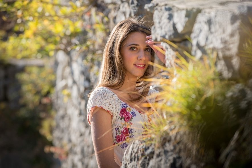 Monika se je z dedkovo glasbo prvič resno na svoji glasbeni poti srečala leta 2015, ko je nastopila na Avsenikovem festivalu.