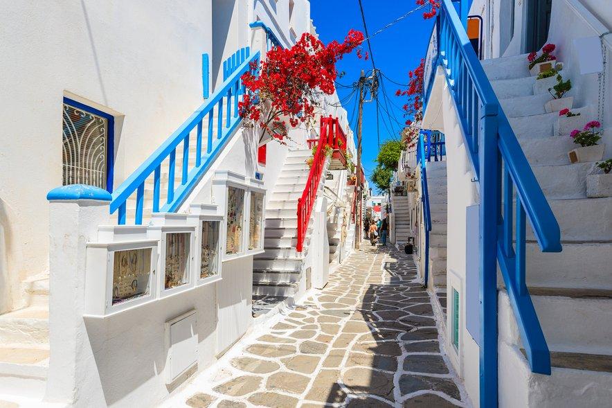 Belo modre ulice v mestu Mikonos na istoimenskem otoku.
