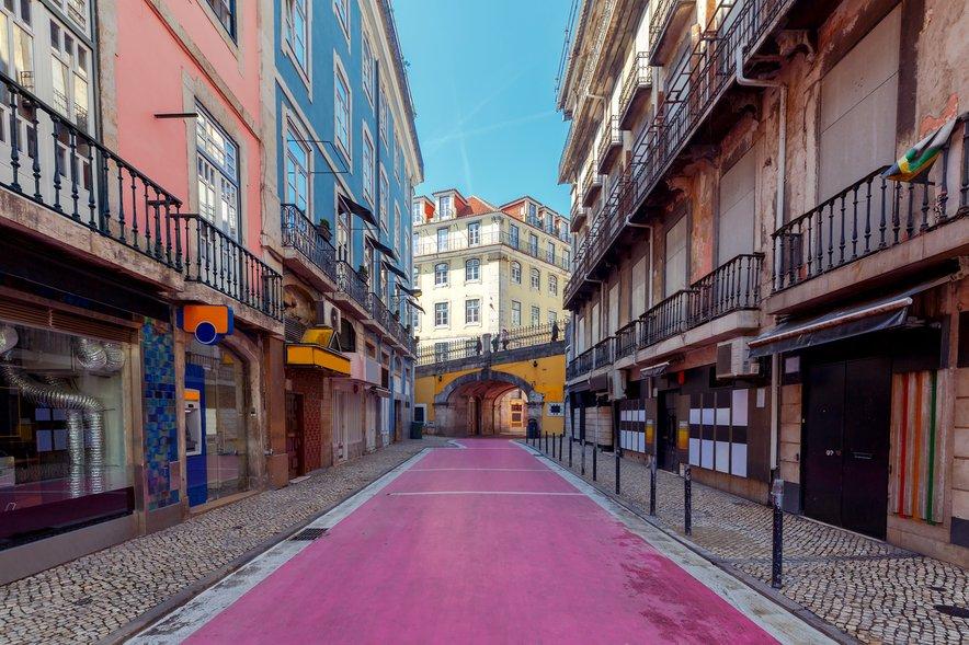 Roza ulica v Lizboni.