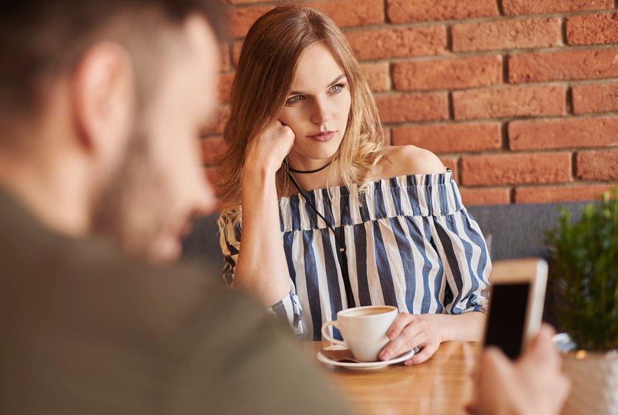 Branje telesne govorice ne pomeni, da ste popolnoma skoncentrirani le na njegovo telo in obraz. Poslušati morate tudi svoj notranji občutek.