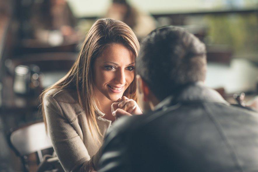 Pri krpanju odnosa sta ključnega pomena iskrena komunikacija in pomoč strokovnjakov.