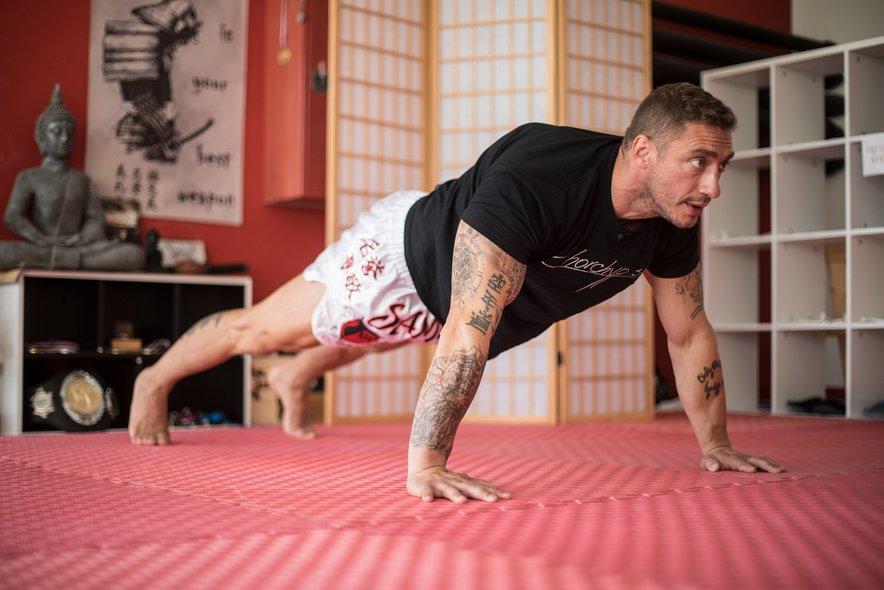 Vdihnete, ko se napnejo mišice. V tem primeru pri spustu in izdihnete pri dvigu.
