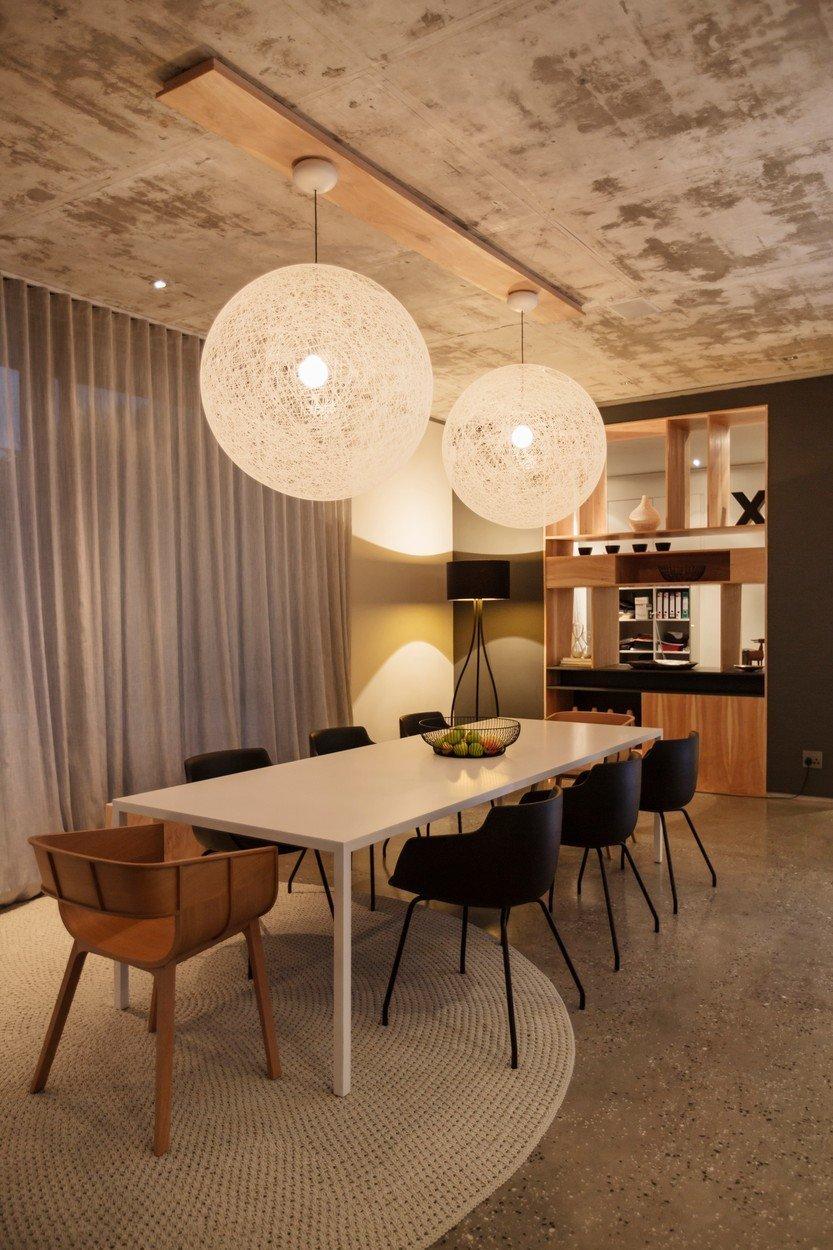 Viseča svetila nad jedilno mizo in stoječa svetilka v kotu, ki poskrbi za dodatno osvetlitev in hkrati pričara prijeten ambient.
