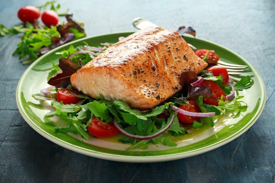 Nutricistka za večerjo priporoča tudi lososa z zelenjavo.