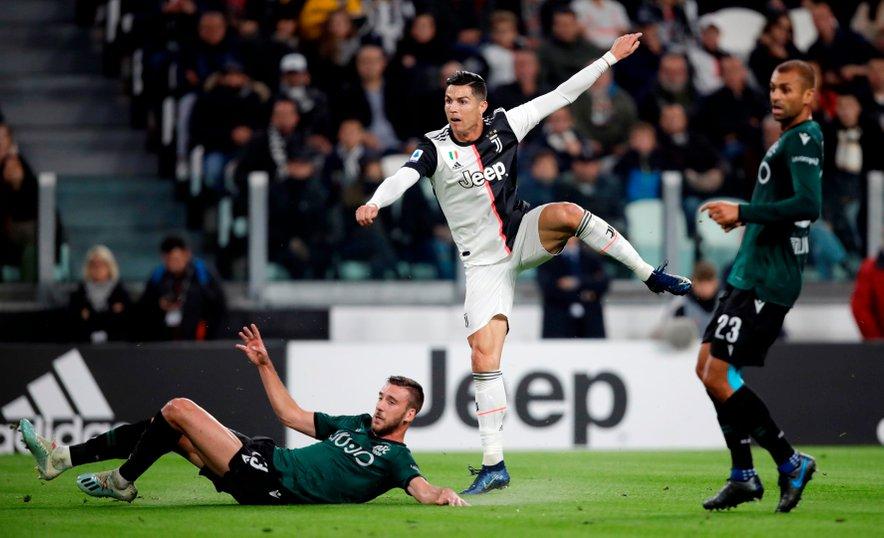 Cristiano Ronaldo (v sredini), zvezdnik serijskega prvaka Juventusa, na tekmi z Bologno v aktualni in trenutno prekinjeni sezoni.