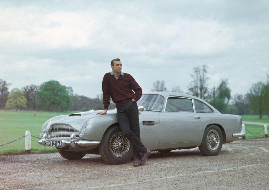 Sean Connery pozira ob prvem Aston Martinu, ki ga je vozil James Bond.