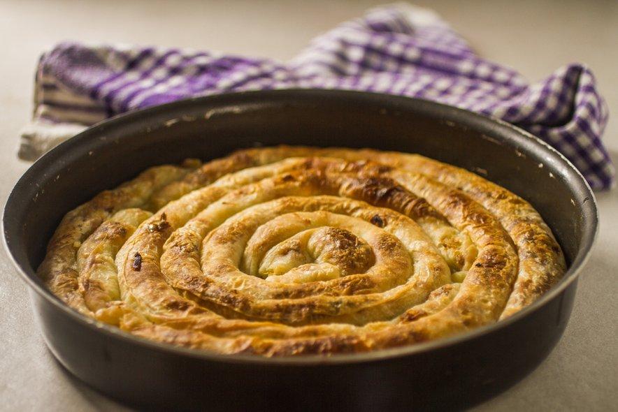 Bosanski burek je zvit, za pravega pa velja samo tisti z mesnim polnilom – ostalo so pite.