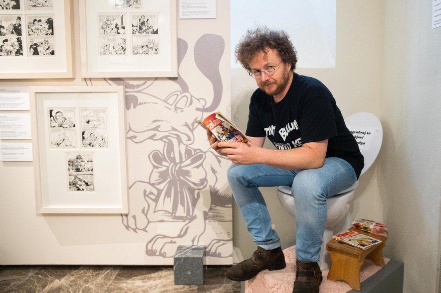 Avtor razstave Rok Glavan demonstrira, da se stripi berejo tudi tam, kamor gre celo cesar peš ...