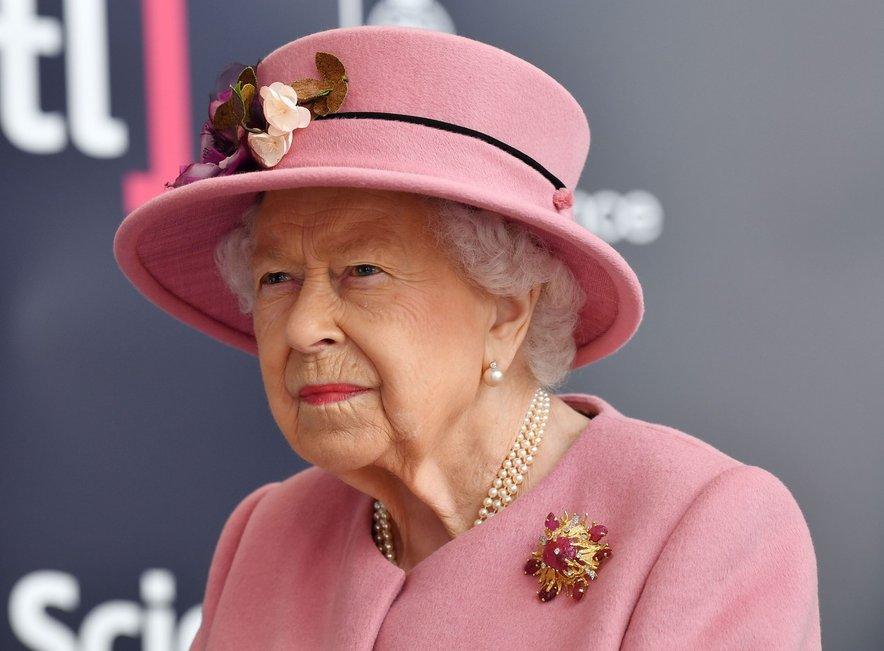 Kraljica Elizabeta na dogodku ni nosila zaščitne maske, pred slavnostnim odprtjem pa se je moralo na covid-19 testirati kar 48 ljudi.