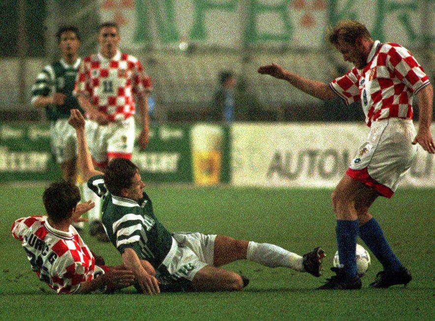 Primož Gliha na tekmi proti Hrvaški. Pisalo se je leto 1997, ko je Gliha (na tleh) Hrvatom na Poljudu zabil tri gole (3:3).