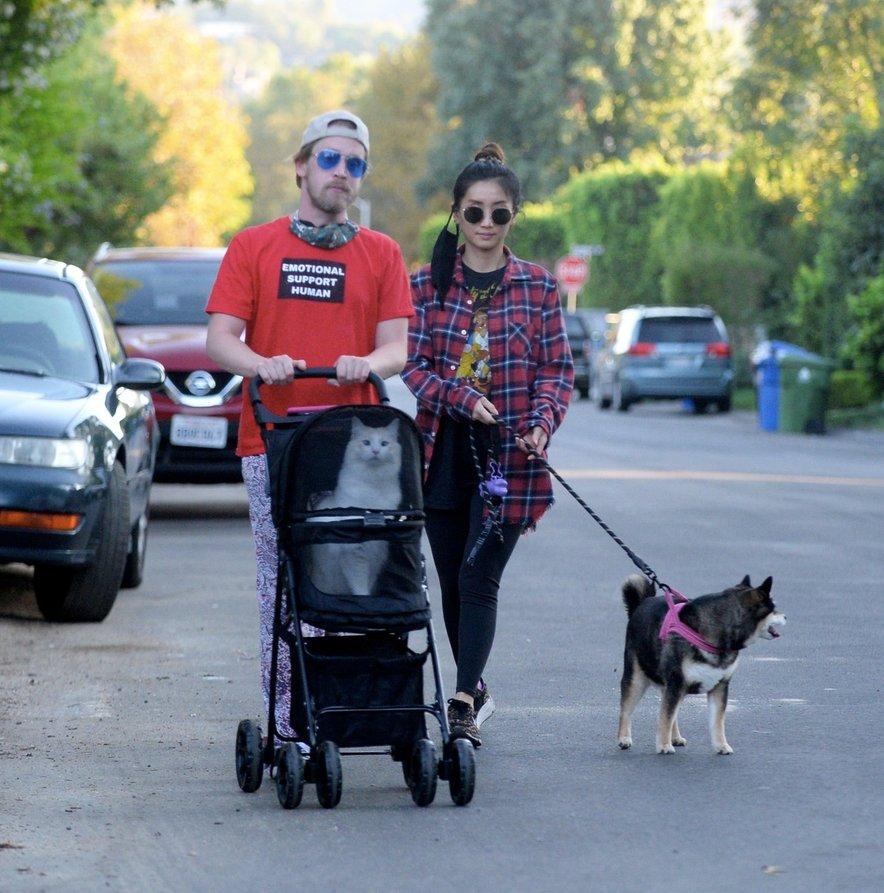 Macaulay Culkin in Brenda Song sta na sprehod peljala svoja hišna ljubljenčka.