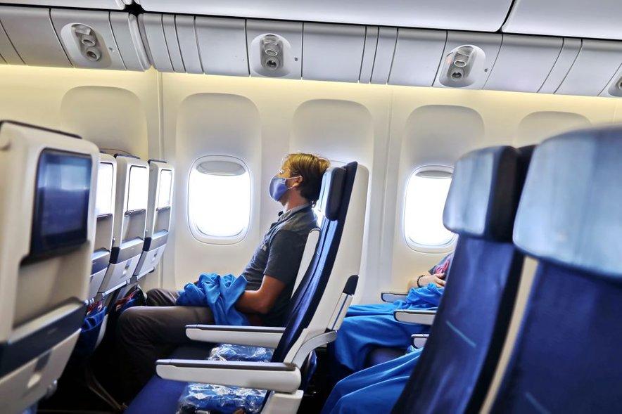 Potnik z masko na letalu