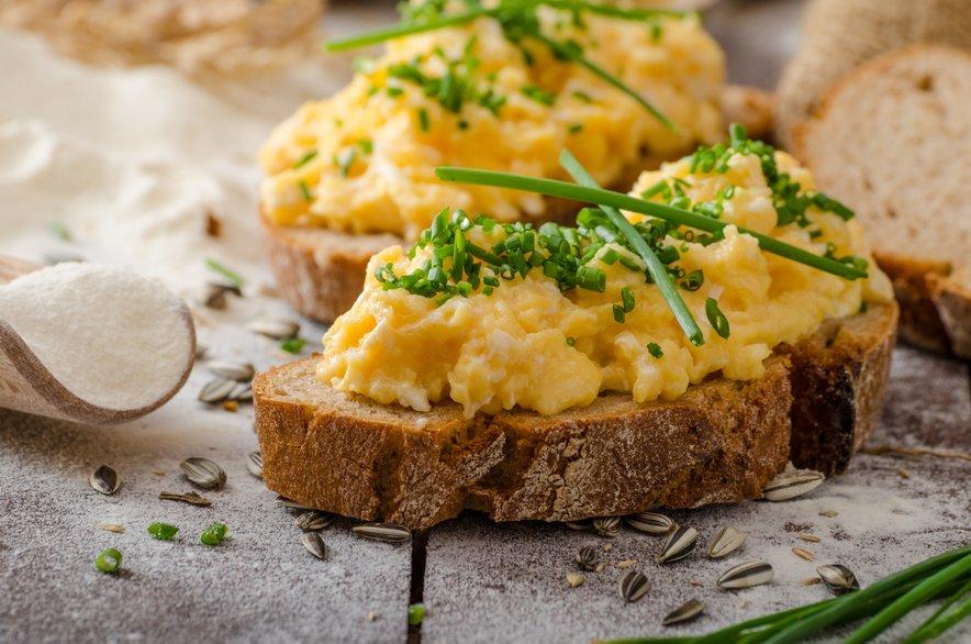 Umešanim jajcem lahko dodate tudi nežna zelišča, kot je na primer drobnjak.