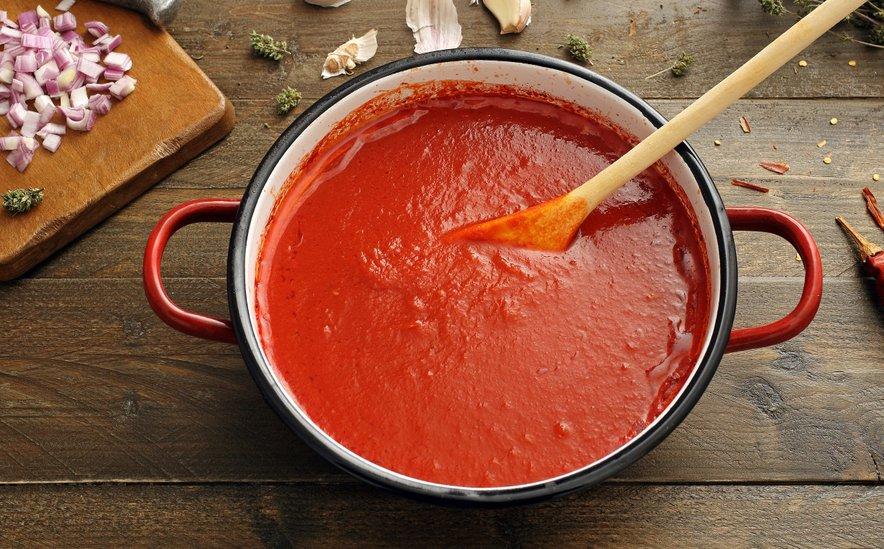 Paradižnikova omaka se lahko uporablja topla ali hladna. Toplo najpogosteje dodajamo testeninam, tortiljam, picam, mesnim, ribjim, morskim in zelenjavnim jedem.