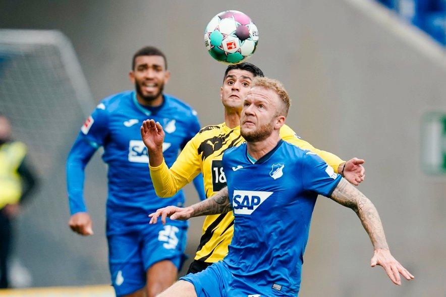 Mahmoud Dahoud (Dortmund) in Kevin Vogt (Hoffenheim) v boju za žogo.