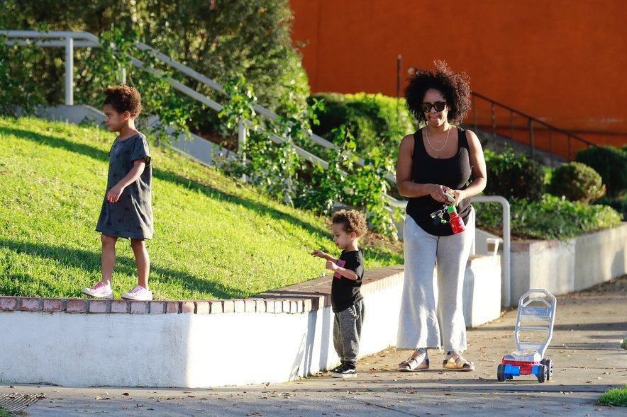 Aryn Drake-Lee z otrokoma.